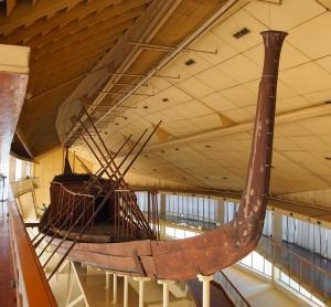 Sonnenbarke im Cheops Boat Museum in Gizeh