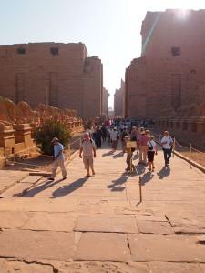 Touristen am Karnak-Tempel