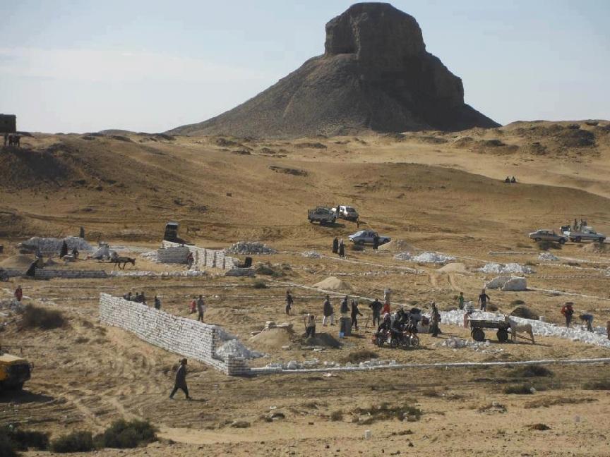 Illegale Bauten vor Schwarzer Pyramide