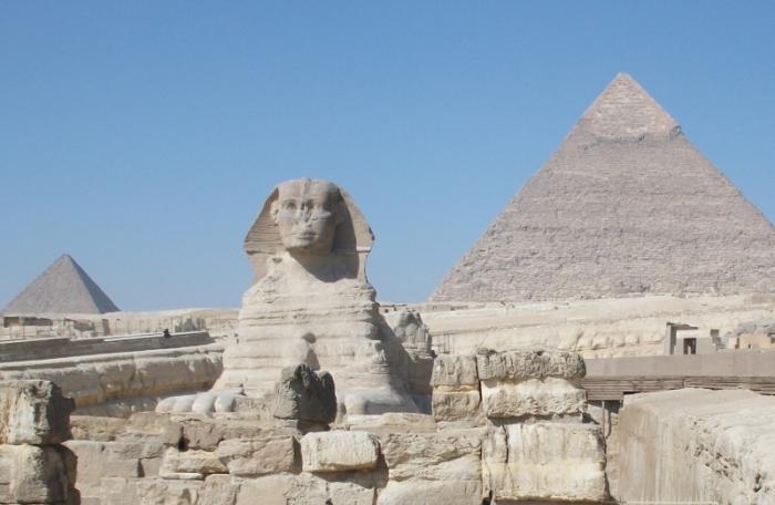 Sphinx und Pyramiden auf dem Gizeh-Plateau
