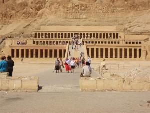 Touristen vor dem Hatschepsut-Tempel