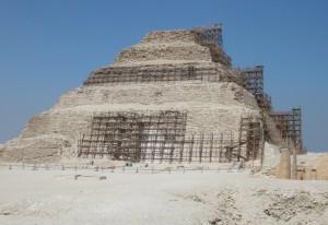Foto der teilweise eingerüsteten Stufenpyramide von Sakkara