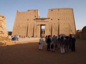 Touristen am Edfu Tempel