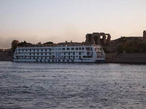 Nilkreuzfahrtschiff vor Kom Ombo