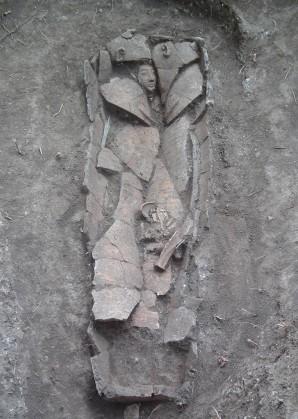 Der 3300 Jahre alte Sarkophag ist in mehreren Bruchstücken zerfallen Foto: Israelische Altertumsbehörde