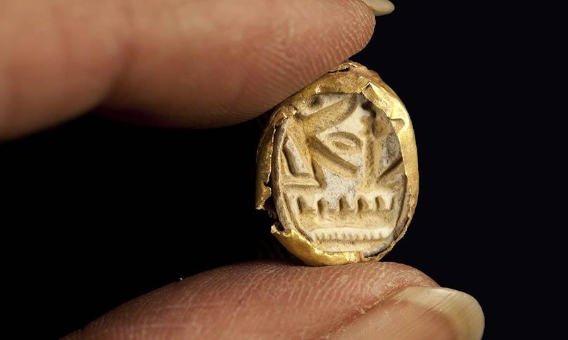 Der goldenen Siegelring mit dem Thronnamen Sethos I., den der Verstorbene wahrscheinlich für seine Arbeit genutzt hat Foto: Israelische Altertumsbehörde