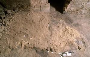 Eine Kalkschicht im nördlichen Gang von Harwas erster Säulenhalle, in der menschliche Überreste gefunden wurde. Ausgegraben 1997 © Giacomo Lovera | Associazione Culturale per lo Studio dell'Egitto e del Sudan ONLUS.