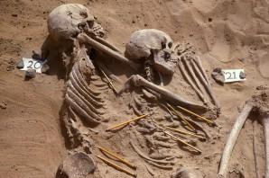 Zwei der 59 Leichname, die im nördlichen Sudan vor ca. 13.000 Jahren begraben wurden © The Trustees of the British Museum