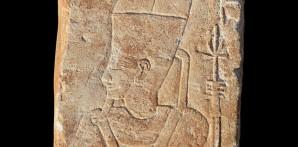 Die Sandsteintafel mit dem Gesicht Amun-Res Foto: © Vincent Francigny | Sedeinga Mission