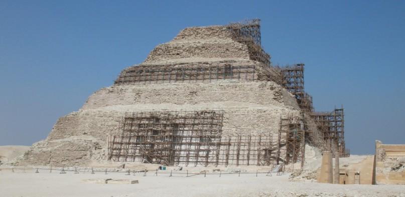Foto: Stufenpyramide Sakkara mit Baugerüsten
