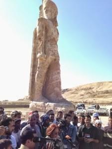 Foto neu errichtete Statue Amenophis III.