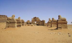 Der Amun-Tempel mit Widderallee.  Bild: naga-project.com | Staatliches Museum Ägyptischer Kunst München
