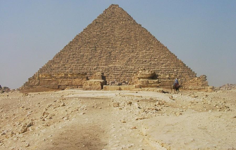 Foto des Aufweg und der Mykerinos-Pyramide