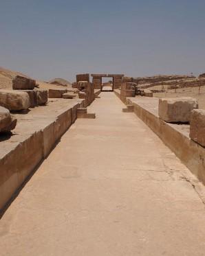 Rekonstruierter Teil des Aufweges zur Pyramide des Unas in Sakkara, mit Lichtschlitz.