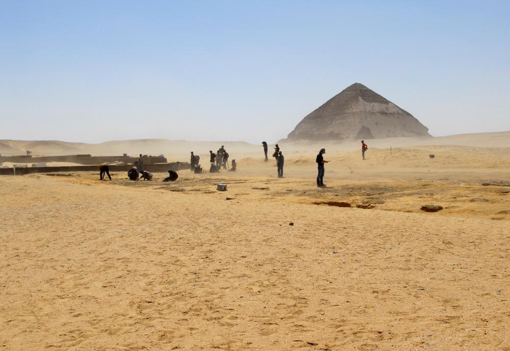 Ausgrabung der Gartenanlage im Norden des Taltempels der Knickpyramide, Foto: Josuah Pinke, DAI-Kairo, Lizenz: CC-BY-NC-ND