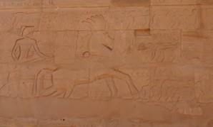 Sethos I. schildert auf einer Inschrift am Karnak-Tempel den Horusweg bei Tharu