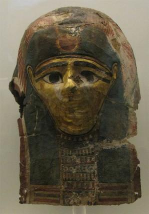Diese Totenmaske stammt aus dem Nationalmuseum in Athen. Masken dieser Art wurden in einer Flüssigkeit aufgelöst, um an beschriftete Papyri zu gelangen  By Tilemahos Efthimiadis from Athens, Greece [CC BY 2.0], via Wikimedia Commons