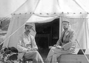 Foto von Grenfell und Hunt vor einem Zelt