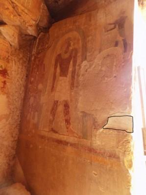 Wand östlich des Eingangs zum Grab des Djehutihotep. Markiert ist die Stelle des gestohlenen Reliefs. © Dayr Al-Barshā Project, Lizenz: CC-BY-SA 3.0
