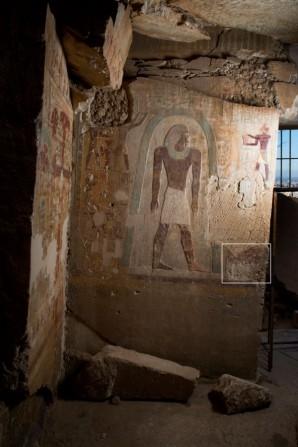 Wand östlich des Eingangs zum Grab des Djehutihotep vor dem Diebstahl. Im Kasten das kürzlich geraubte Relief. © Dayr Al-Barshā Project, Lizenz: CC-BY-SA 3.0