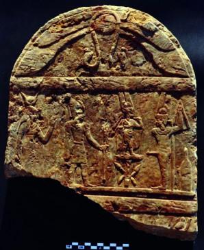 Eine Stele aus römischer Zeit im pharaonischem Stil.  hinter einen nicht benannten römischen Imperator steht die Göttin Hathor oder Isis. Vor ihm stehen Harprokates und Min/Pan. Foto: Luxor Times | S.E. Sidebotham