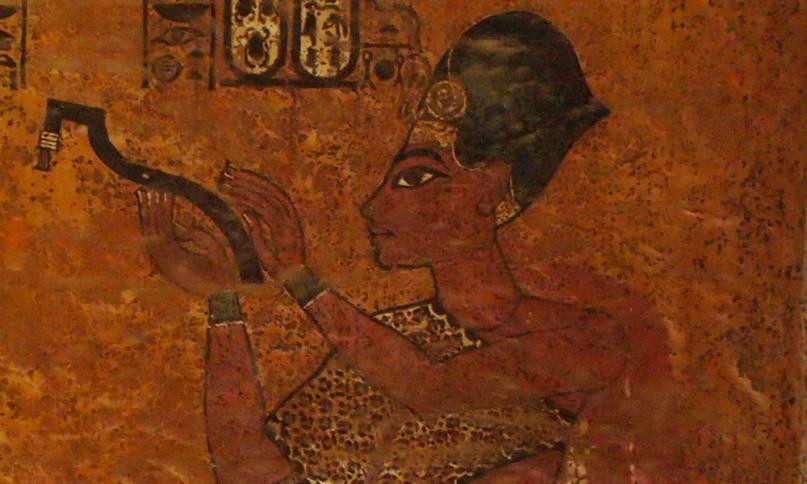 Eigentlich soll hier Tuts Nachfolger Eje dargestellt sein, doch er trägt die Gesichtszüge Tutanchamuns Faksimile von Tuts Grab