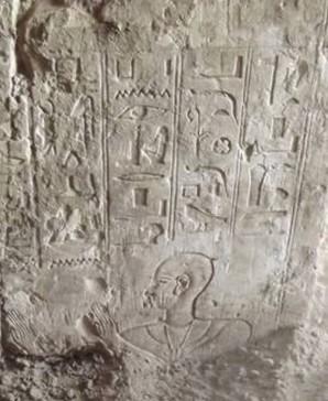 Hieroglyphen im Grab des Padibastet (Name in rechter Kolumne). Bild: MSA