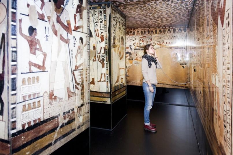 """Blick in die Ausstellung """"Ägypten – Land der Unsterblichkeit"""".  In der nachgebauten Grabkammer des Sennefer.  © rem, Foto: Carolin Breckle"""