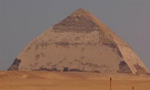 Die Knickpyramide des Snofru soll mit kosmischer Strahlung untersucht werden.