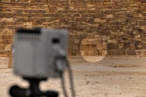 Scangerät vor den drei thermisch auffälligen Blöcken in der Ostwand der Cheopspyramide. Foto: Philippe Bourseiller for HIP.Institute / Faculty of Engineering Cairo / Ministry of Antiquities