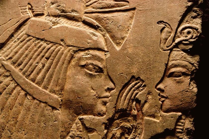 Die Amme Maia und der junge Tutanchamun. Szene aus dem Grab der Maia in Sakkara. Bild via Wikimedia Commons.