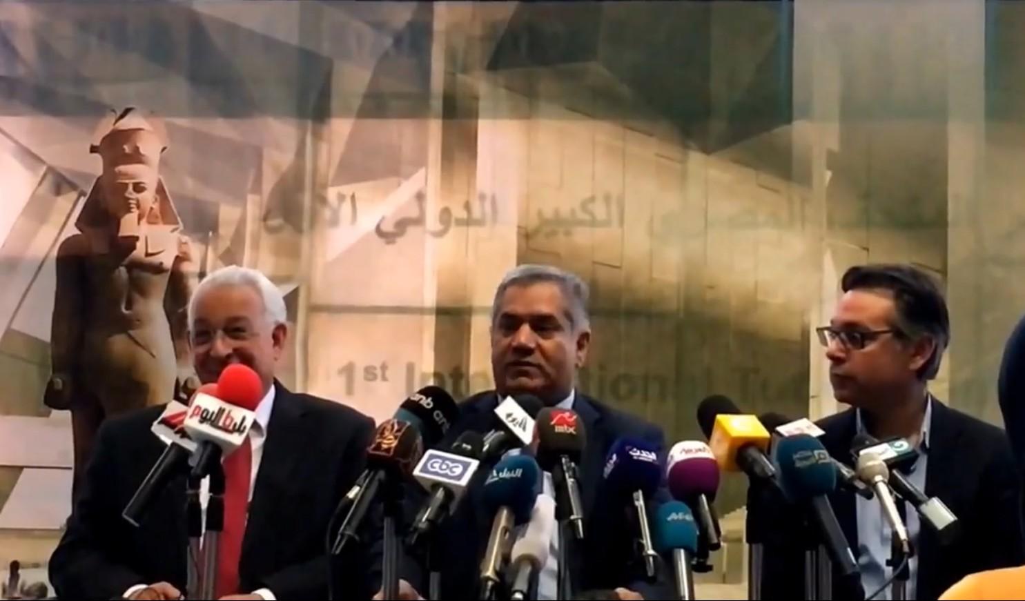 Antikenminister el-Damaty (Mitte) bei der Presekonferenz. Bild: Luxor Times