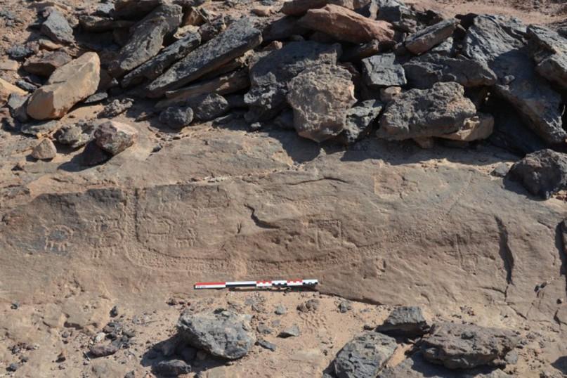 EIne der ältesten Inschriften im Wadi Ameyra: Ein Boot mit verschiedenen Tieren darauf. Foto aus dem aktuellen Buch von Pierre Tallet (s.u.)