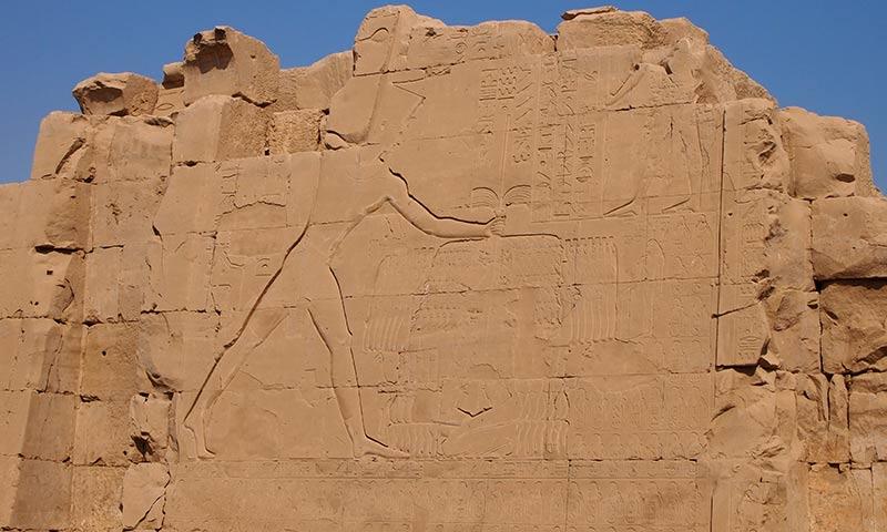 Thutmosis III. beim Erschlagen der Feinde in der Schlacht bei Meggido. Wandrelief im Karnaktempel.