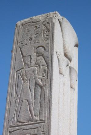 Thutmosis III. mit der Göttin Hathor auf einem Pfeiler im Karnak-Tempel. Oben die ovale Kartusche mit dem Eigennamen des Königs: Djehutimes. Rechts oben im Quadrat der Name der Göttin Hathor