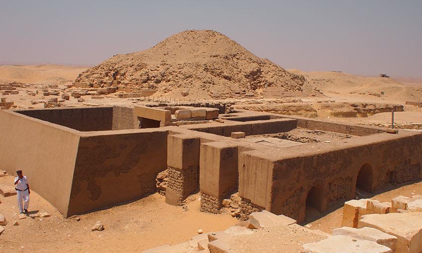 Im Hintergrund Unas' Pyramide