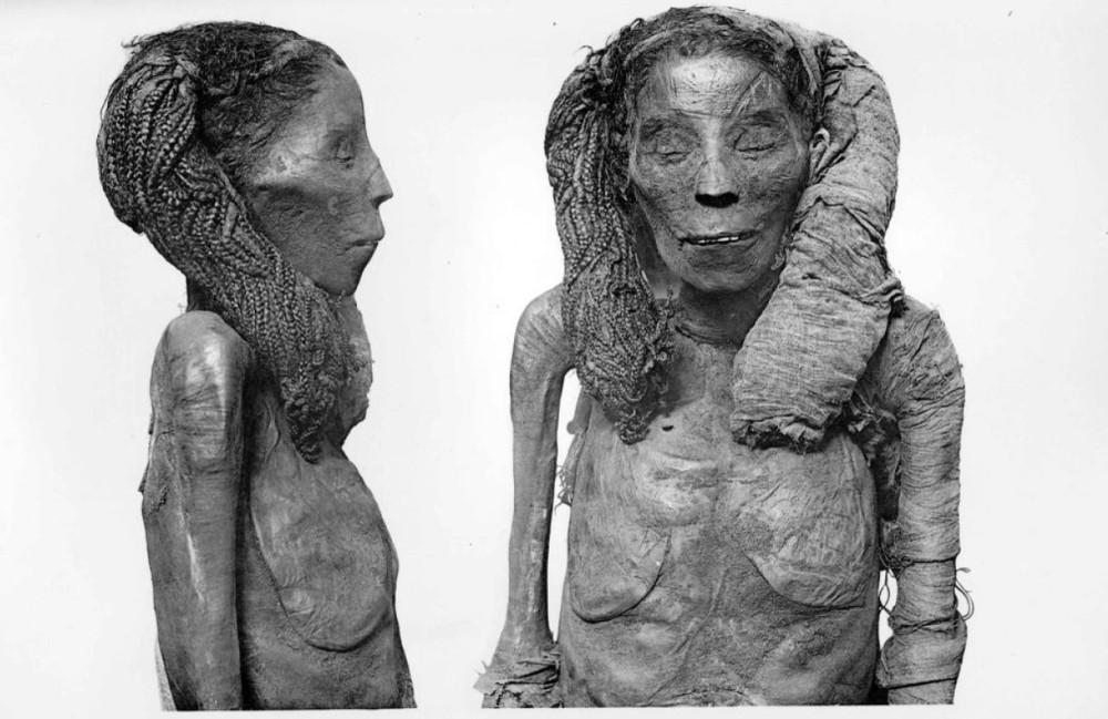 Mumie der Dame Rai, frühe 18. Dynastie. Bild aus G.E.Smith, The Royal Mummies, Kairo 1912, Copyright abgelaufen.