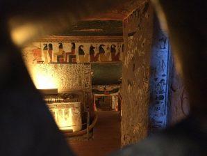 Mit etwas Glück durfte man bisher nur durch eine kleine Luke in das Grab der Nefertari linsen. Bald soll der Eintritt einigermaßen erschwinglich sein