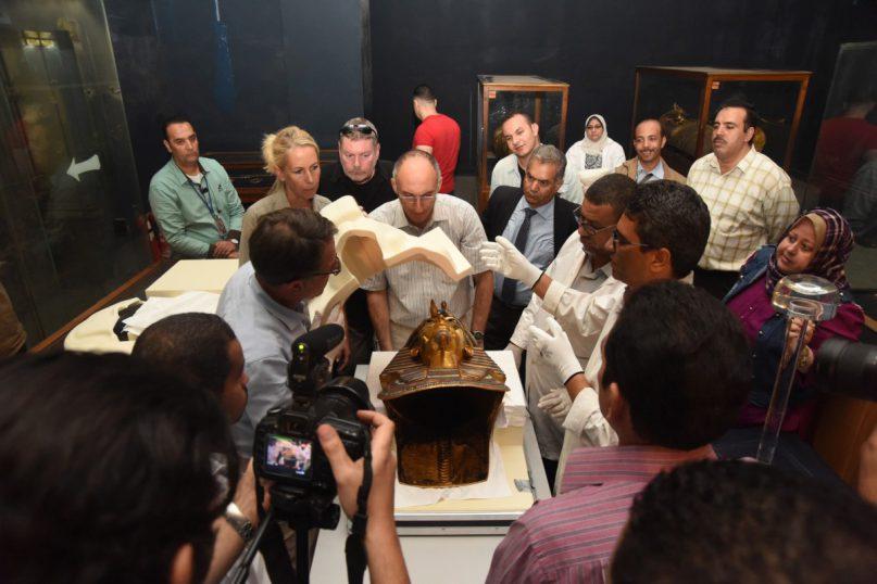 Christian Eckmann und Katja Broschat (RGZM), Dr. Daniel Poltz (DAI Kairo), Dr. Tarek Tawfik, (GEM Kairo), Dr. Mamduh El Damati (damaliger Antikenminister),  Momen Othman (ÄM Kairo). Foto: Ägypt. Museum / Sameh Abdel Mohsen