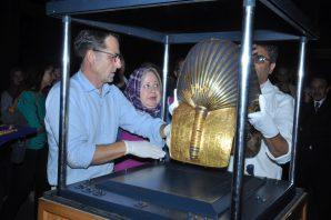 Christian Eckmann (RGZM), Hala Hassan und Momem Othman (ÄM Kairo) beim Entnehmen der Maske aus der Vitrine. Foto: Ägyptisches Museum / Sameh Abdel Mohsen