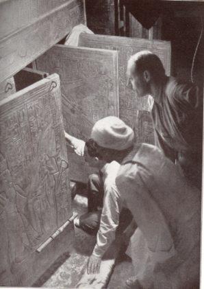 Howard Carter öffnet einen der Schreine in Tutanchamuns Grab. Foto: Harry Burton, gemeinfrei