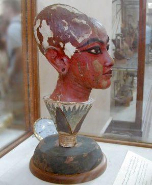 Tutanchamun als Gott Nefertem auf einer Lotusblüte. Foto: Jon Bodsworth, gemeinfrei