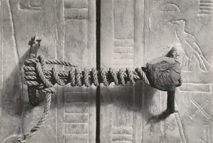 Unversehrtes Siegel des 3. Schreins in Tutanchamuns Grab. Foto: Harry Burton, gemeinfrei