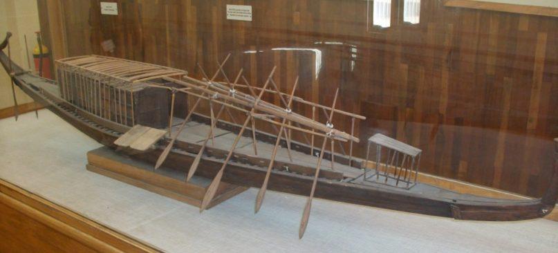Modell der Sonnenbarke des Cheops im Barkenmuseum Gizeh